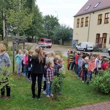 Die Klassen treffen am Sammelplatz ein.